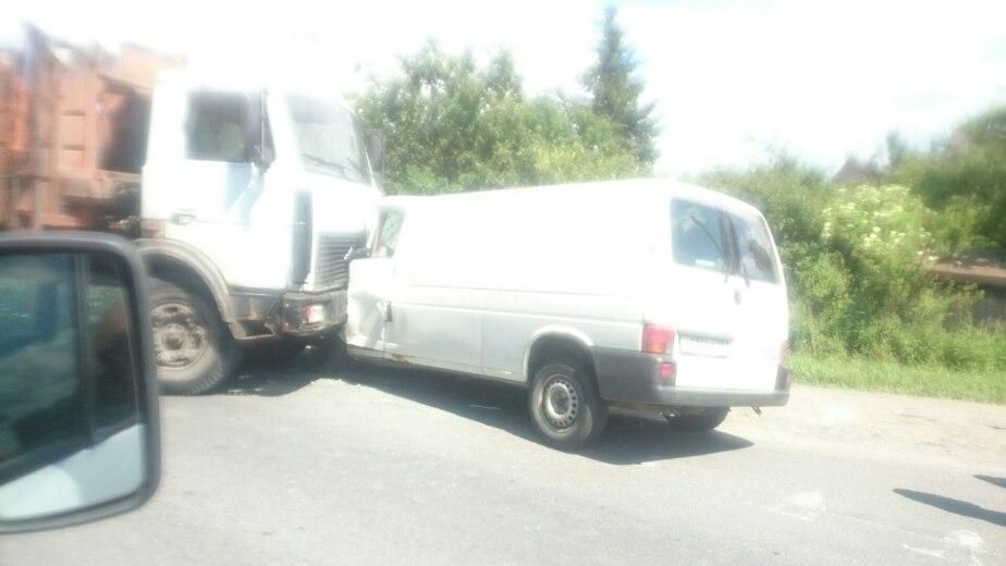 В районе Окружной лоб в лоб столкнулись микроавтобус и грузовик - Новости Калининграда