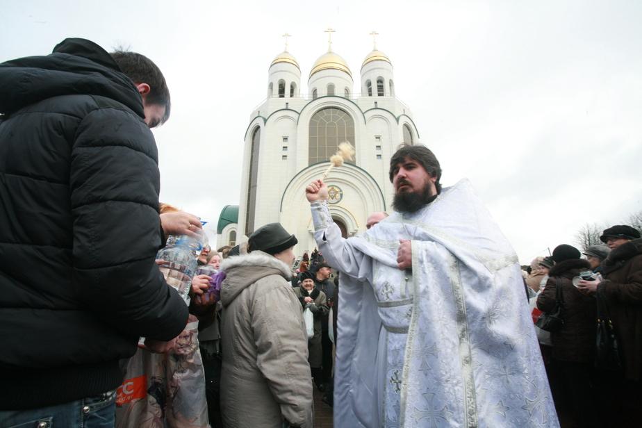 В храме Христа Спасителя в Калининграде раздают освящённую воду