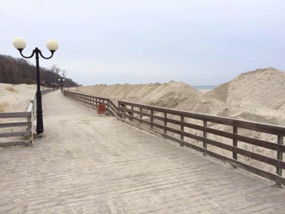 В Янтарном очистили от песка променад после зимних ураганов (фото) - Новости Калининграда
