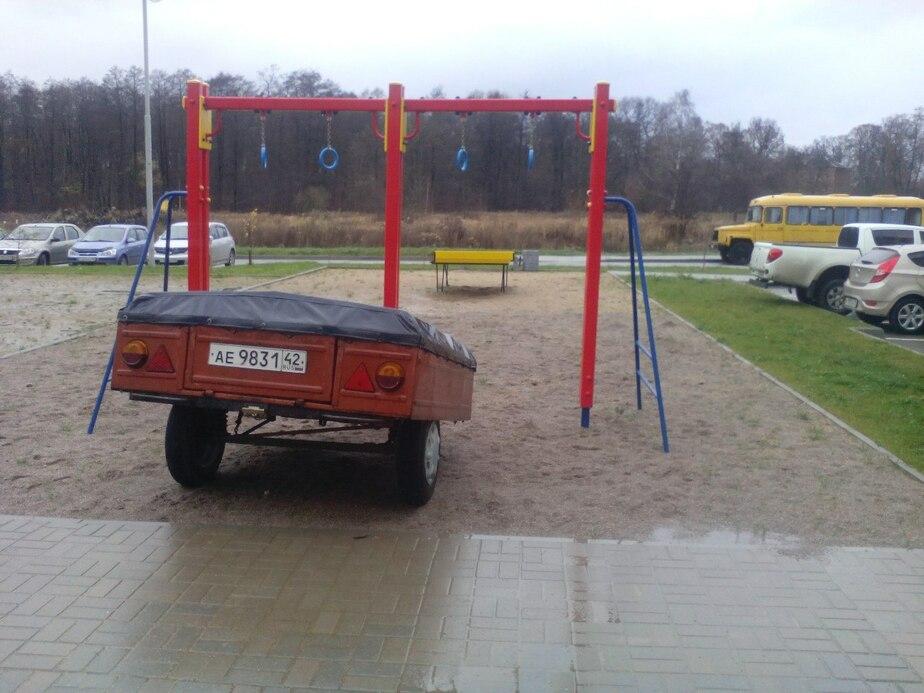 На улице Новгородской на детской спортивной площадке приковали прицеп из Кемерова  - Новости Калининграда