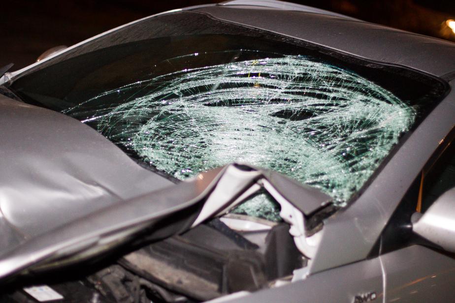 В районе Правдинска из-за гололёда два автомобиля вылетели в кювет, один перевернулся