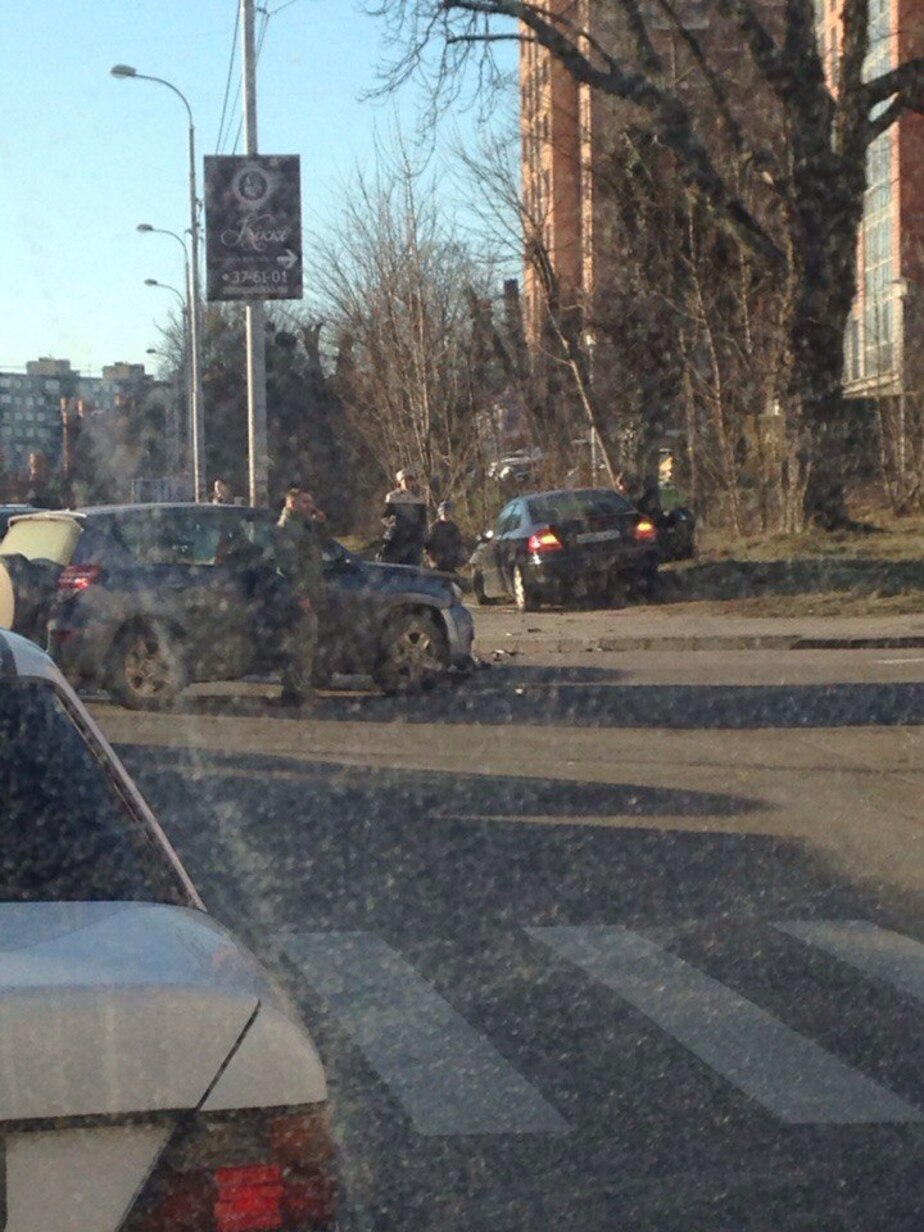 На улице Гагарина седан вылетел на тротуар - Новости Калининграда