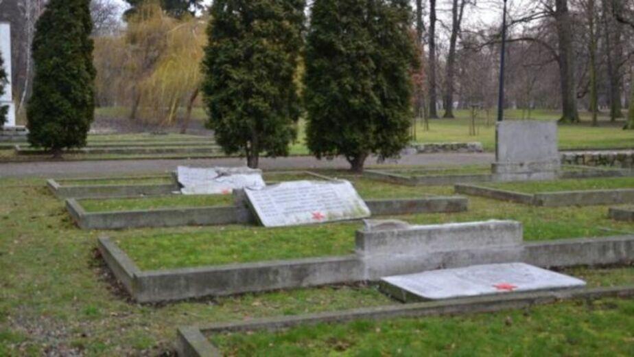 Поляка, осквернившего 11 могил советских солдат, проверят на вменяемость