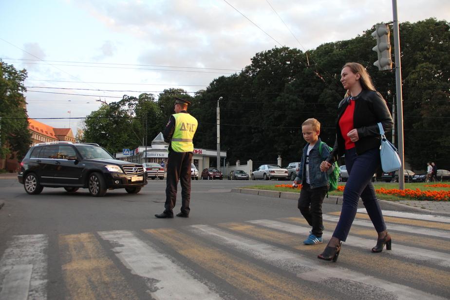 Более 600 полицейских дежурили 1 сентября в школах Калининградской области (видео) - Новости Калининграда