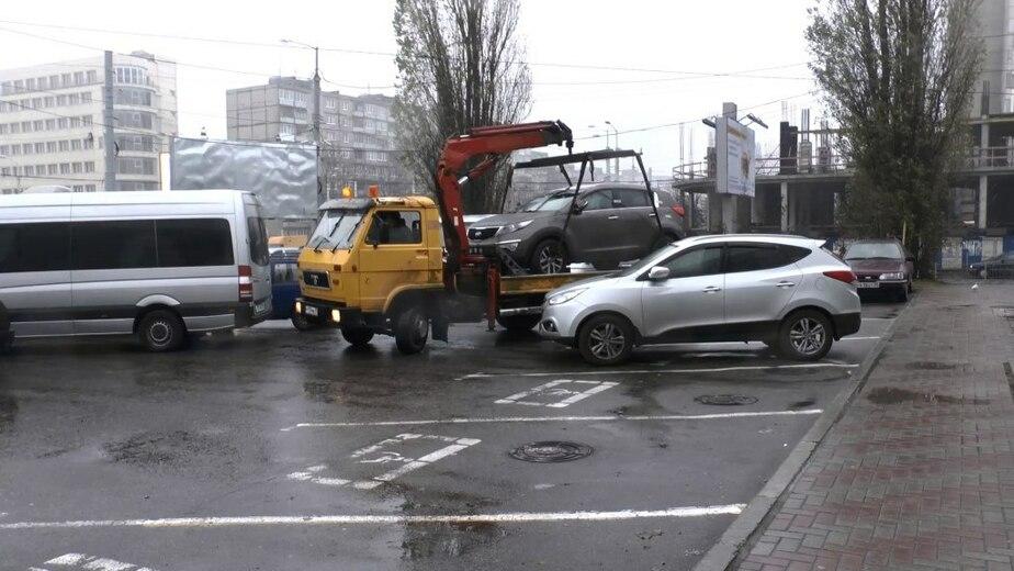 За день в Калининграде с мест для инвалидов эвакуировали 72 машины