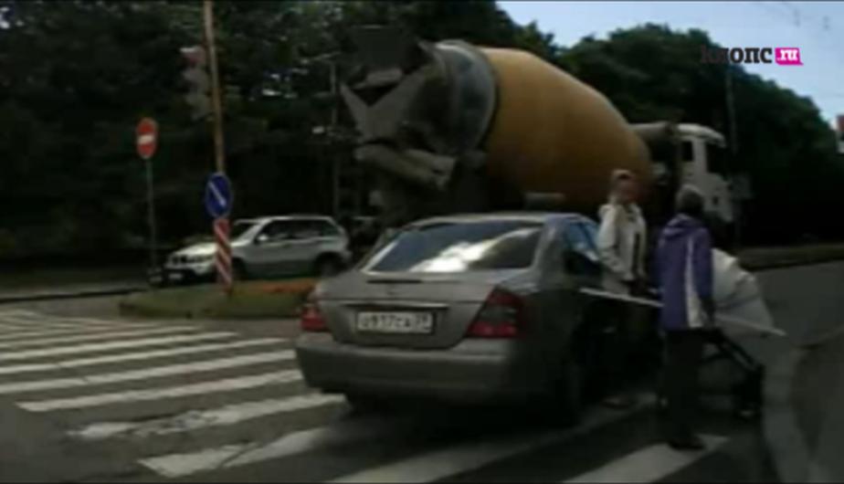 """Водитель """"Мерседеса"""" едва не сбил женщину с коляской, отвлекшись на своего ребенка (видео) - Новости Калининграда"""