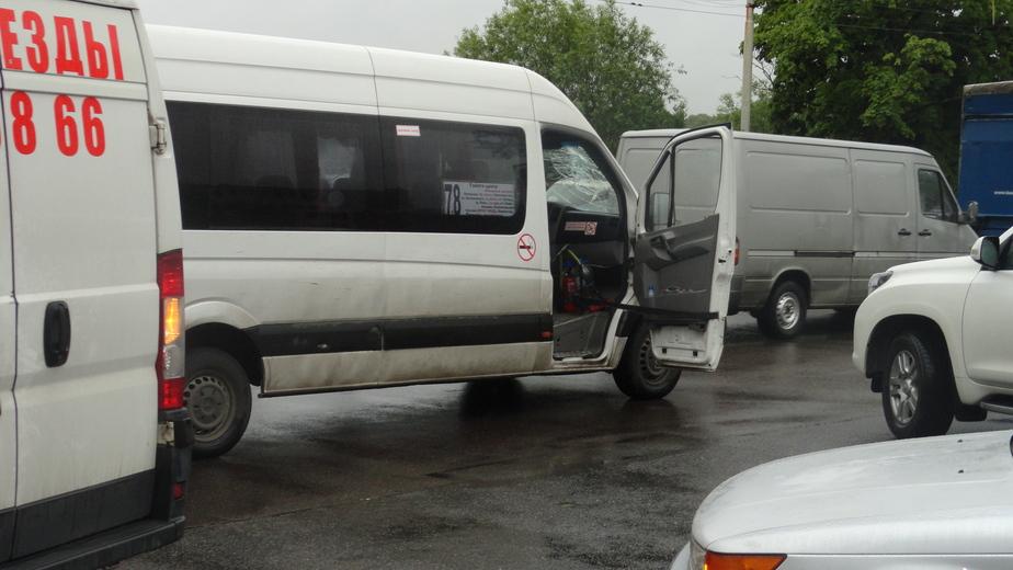 На ул.Черняховского пассажирка маршрутки головой влетела в лобовое стекло (фото) - Новости Калининграда