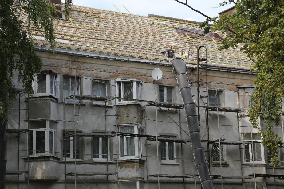 В доме на улице Батальная во время капремонта крыши начали обваливаться потолки в квартирах - Новости Калининграда