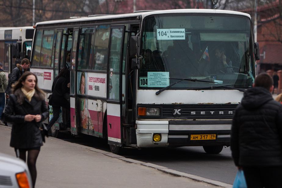 В Калининграде грузовик врезался в автобус: пострадала пассажирка - Новости Калининграда