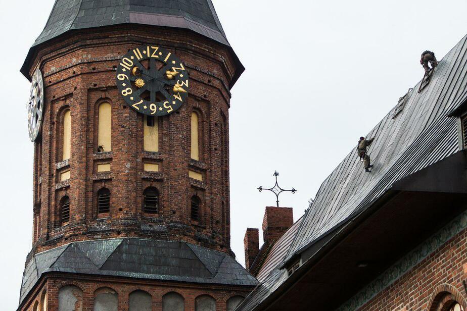 На крыше Кафедрального собора устраняют дефекты ремонта кровли 2016 года - Новости Калининграда