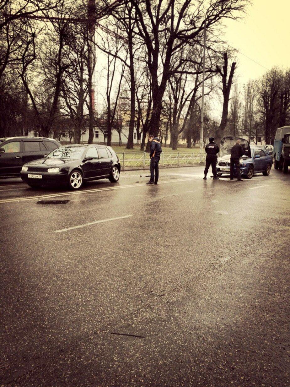 Очевидцы: на улице Нарвской загорелась машина