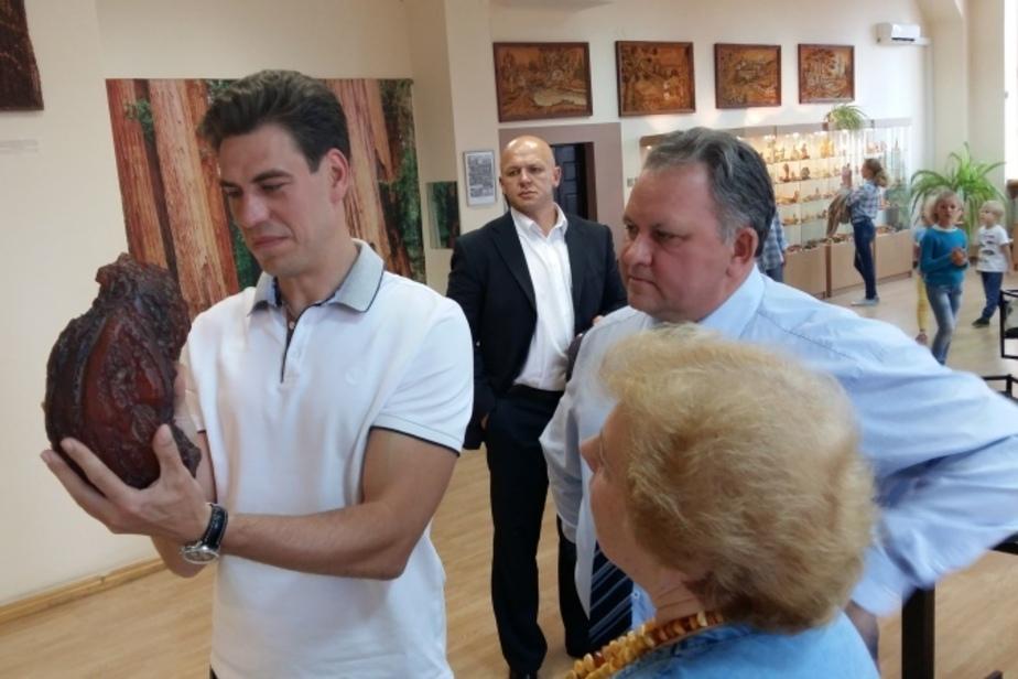 В Калининграде актеру Дмитрию Дюжеву подарили запонки и пирамидку из янтаря - Новости Калининграда