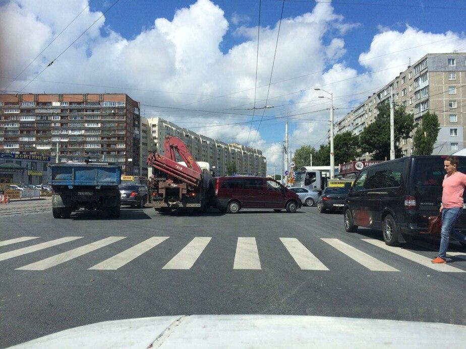 На 9 Апреля микроавтобус столкнулся с грузовиком: движение затруднено - Новости Калининграда