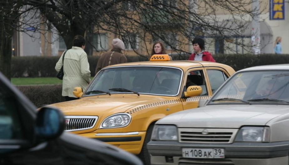 Очевидцы: на ул. Озерова такси сбило девушку