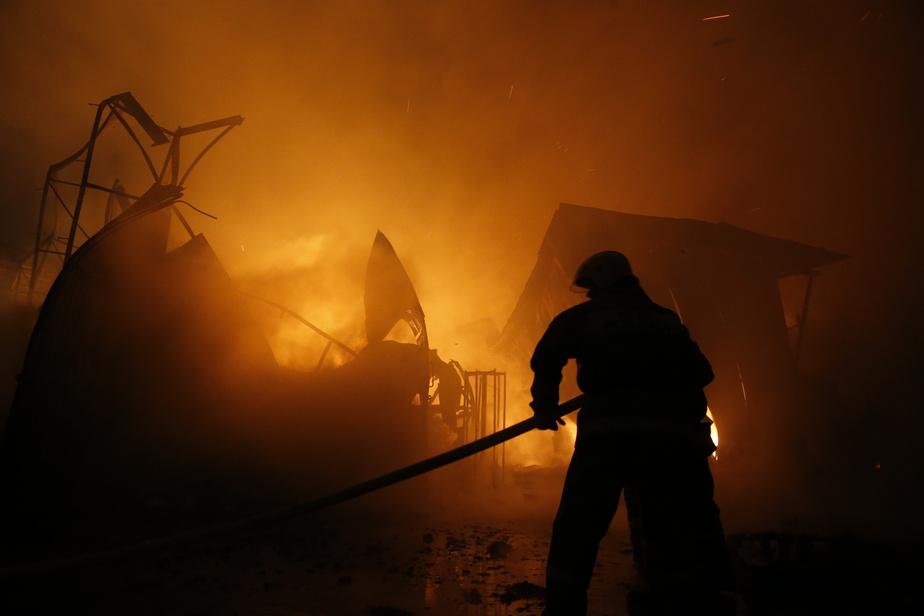 В Немане загорелся склад со строительной техникой