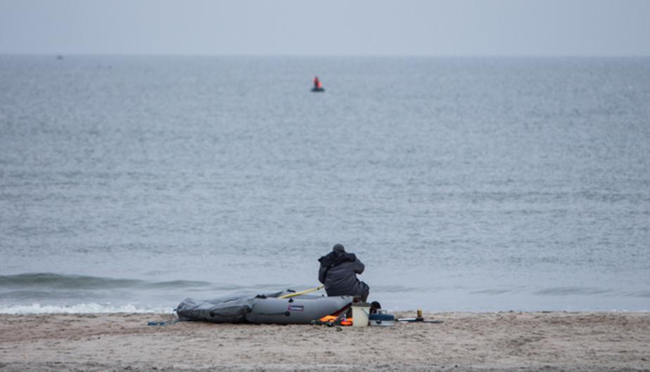 Спасатели на вертолете ищут двух пропавших в Калининградском заливе рыбаков - Новости Калининграда