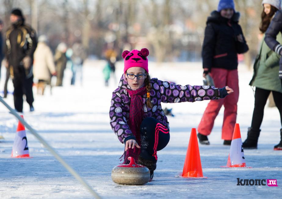Кёрлинг на озере: в Калининграде прошла зимняя городская олимпиада