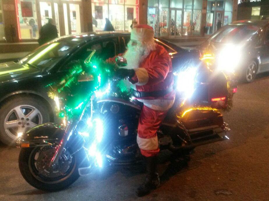 По улицам Калининграда ездит Дед Мороз-байкер