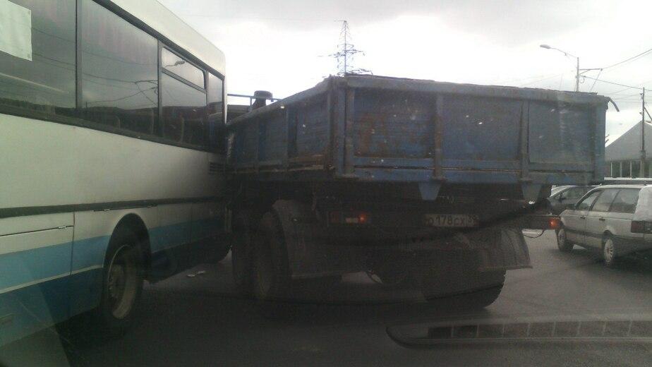 У двухъярусного моста столкнулись КАМАЗ и пассажирский автобус - Новости Калининграда