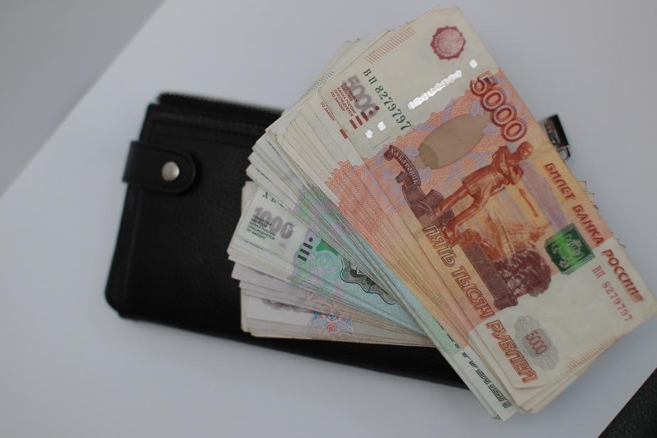 В Калининграде чиновники зарабатывали в этом году 52 тысячи рублей в месяц
