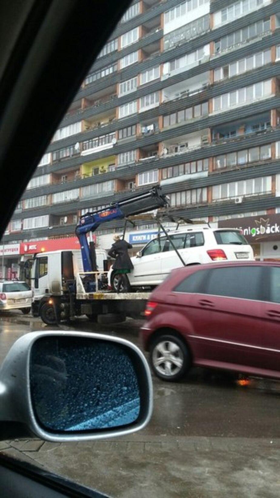 """На ул. Фрунзе женщина запрыгнула на эвакуатор за своим """"Мерседесом GLК"""""""