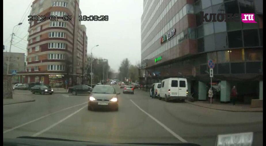 """""""Водитель, ты… судак"""": На ул. Озерова """"Форд"""" выехал на встречку, чтобы повернуть налево (видео)"""