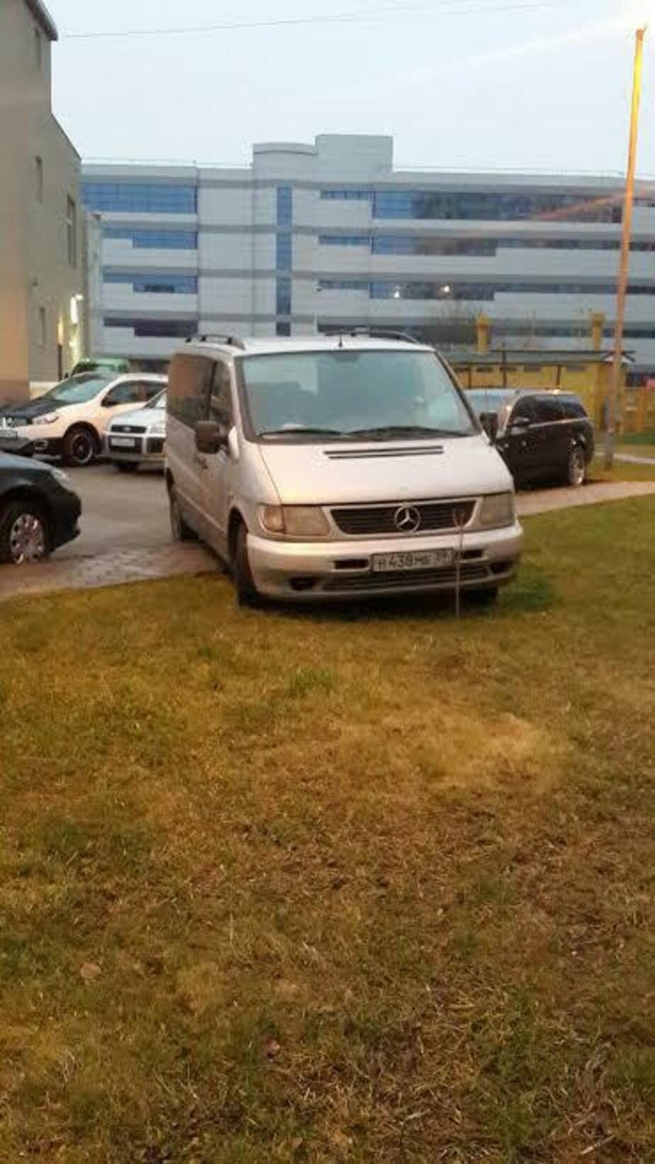 """""""Водитель, ты… судак"""": микроавтобус преградил дорогу пешеходам и портит газон"""