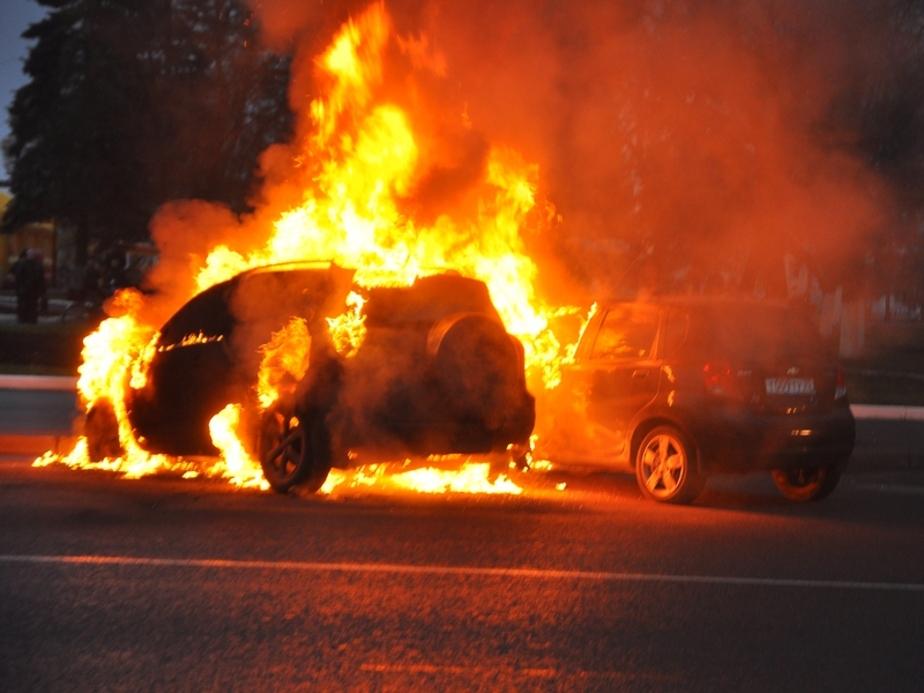 Из выхлопной трубы вырывались языки пламени: в Калининграде сгорела БМВ (видео)