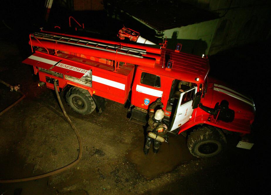 Под Калининградом огонь перекинулся с горящего микроавтобуса на легковушку - Новости Калининграда