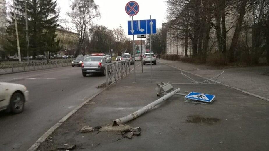 """Автомобиль ДПС, попавший ночью в аварию, сбил знак """"Пешеходный переход"""" (фото) - Новости Калининграда"""