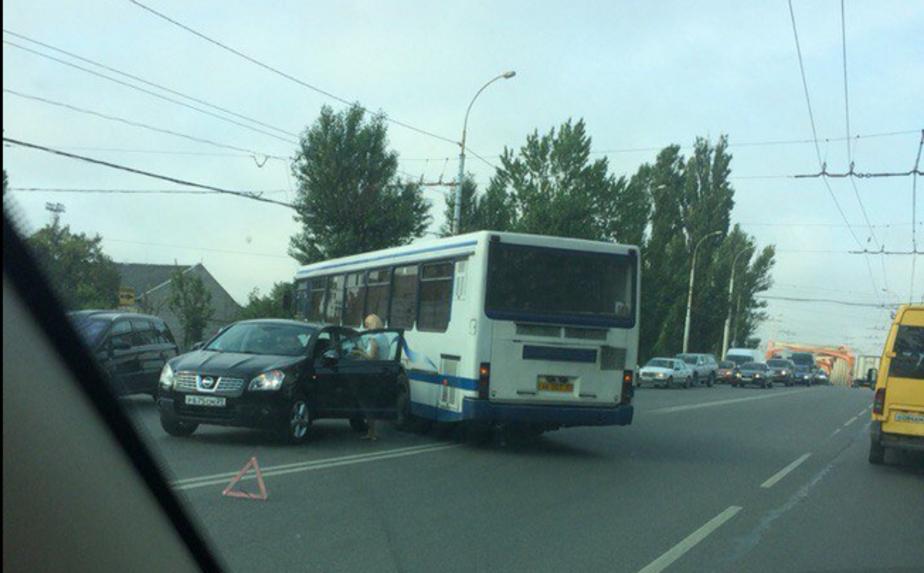 На ул. Киевской пассажирский автобус притер внедорожник: одна полоса блокирована - Новости Калининграда
