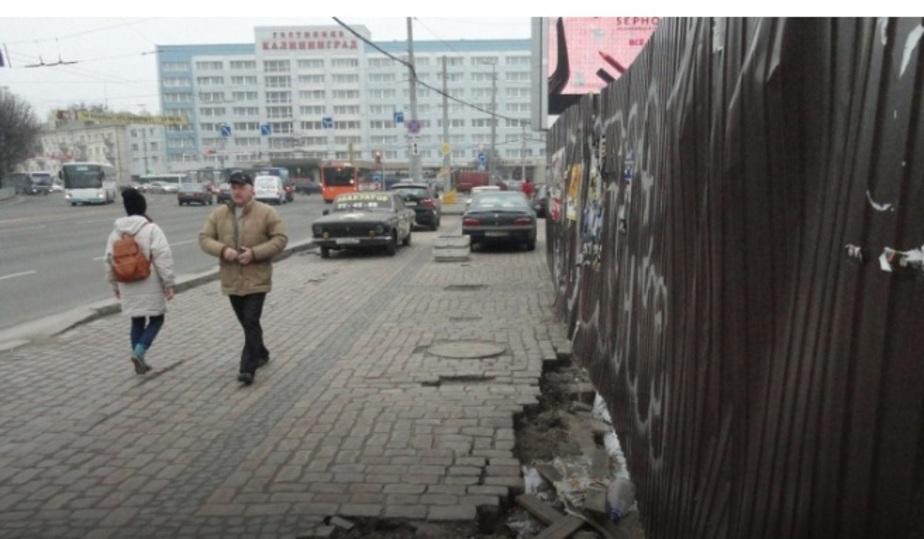 В Калининграде на Ленинском проспекте в районе раскопок провалился тротуар - Новости Калининграда