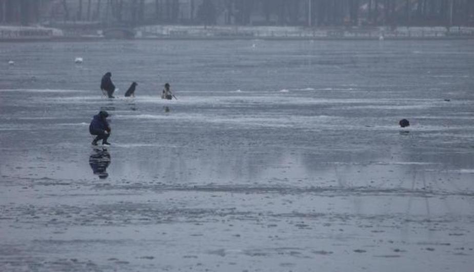 Сотрудники МЧС спасли двух мужчин со льда на Куршском заливе