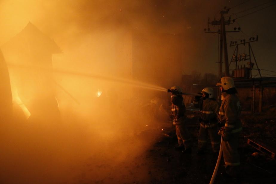 В Калининградской области пожарные тушили дачи и автомобили