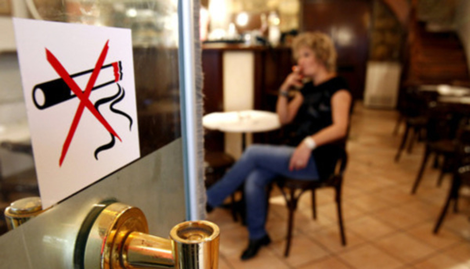 В Калининграде оштрафовали 10 человек, куривших под запрещающей табличкой - Новости Калининграда