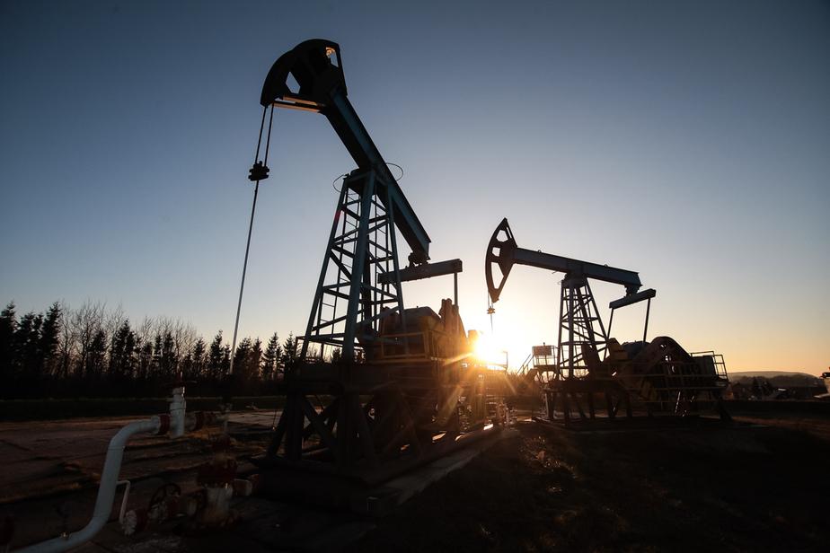 Нефть подешевела до 44 долларов перед заседанием ОПЕК