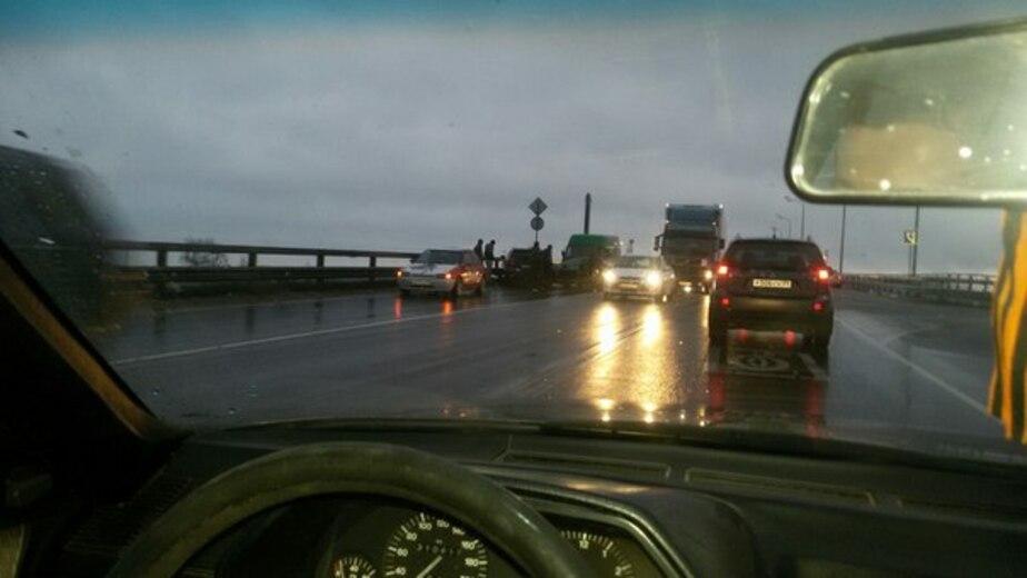 Очевидцы: на Берлинском мосту в аварию попали четыре машины
