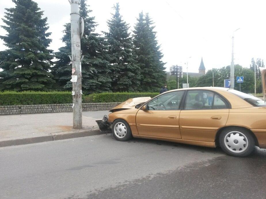 На Московском проспекте легковушка влетела в столб (фото) - Новости Калининграда