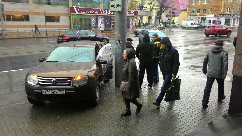 """На улице Черняховского """"Рено"""" после столкновения с """"Фордом"""" вылетел на тротуар"""
