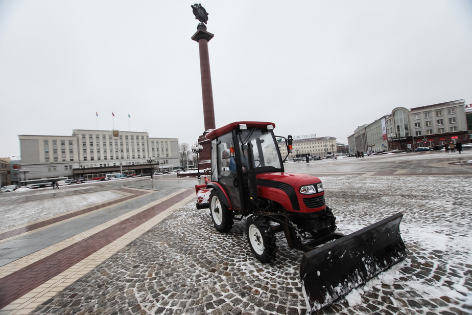 На очистку калининградских дорог от снега вышла четверть имеющейся техники