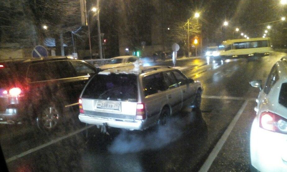 Калининградец возит снеговичка на крыше автомобиля