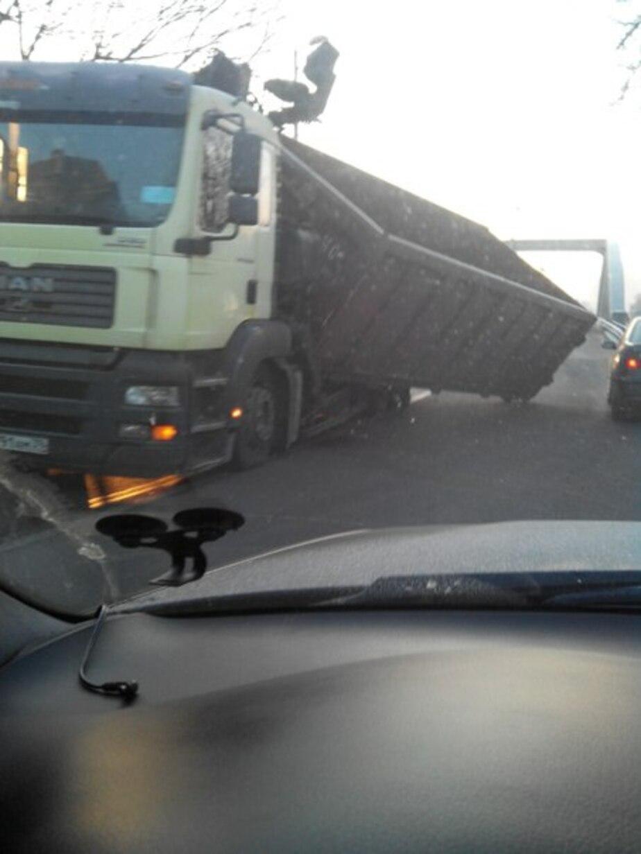 Развалившийся грузовик блокировал мост в Калининграде