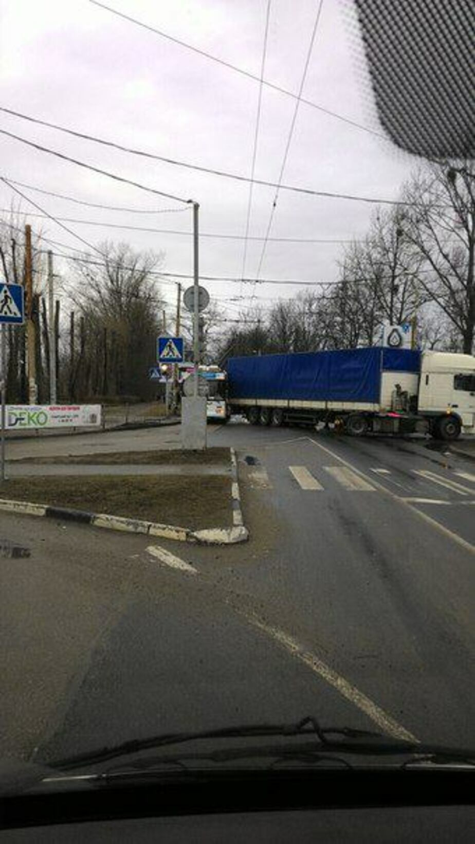 На Советском проспекте фура столкнулась с троллейбусом: движение заблокировано - Новости Калининграда