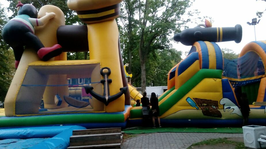 В Калининграде пятилетняя девочка сломала руку, упав с батута  - Новости Калининграда