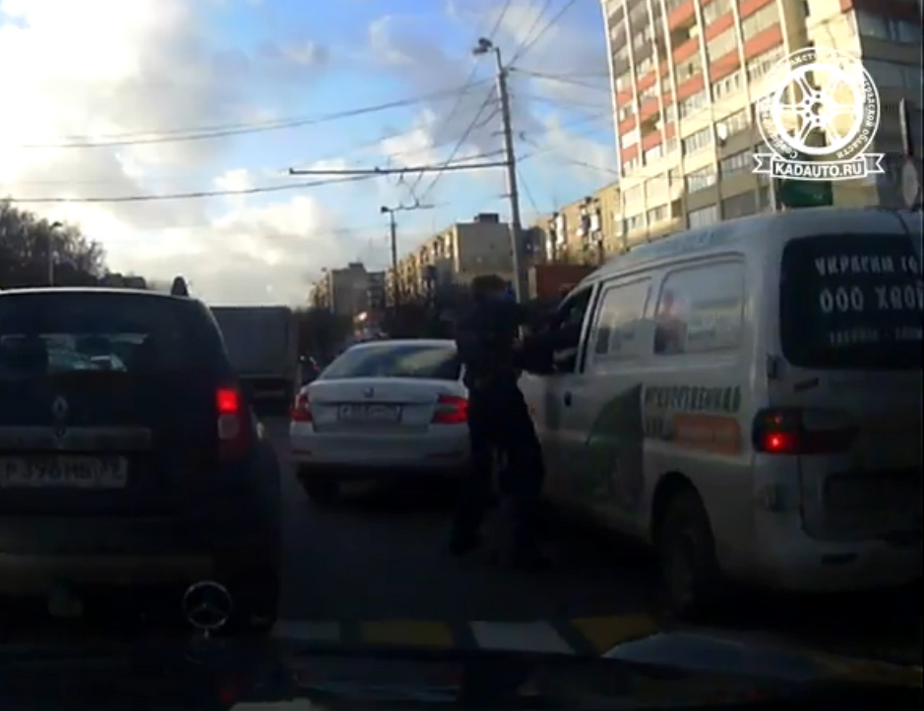 Очевидцы: на Московском проспекте таксист избил водителя микроавтобуса (видео)
