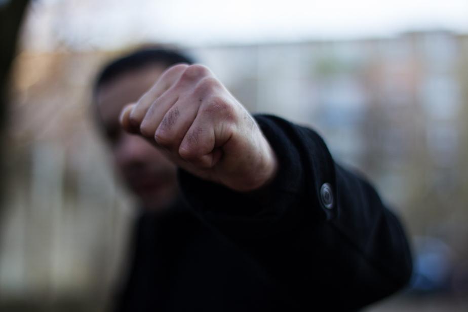 Житель Озерска избил охранника автостоянки баллонным ключом