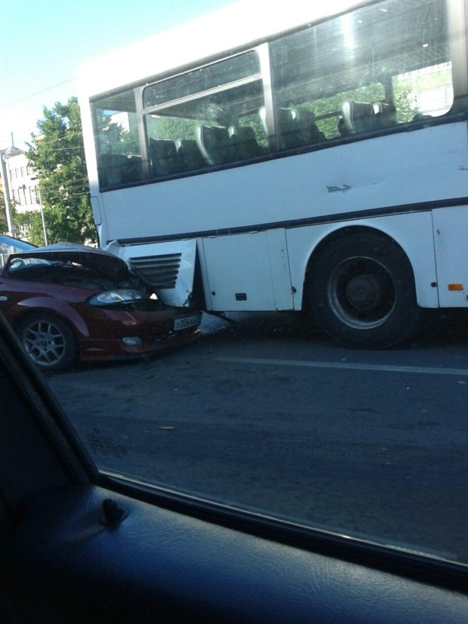 """На Второй эстакаде """"Шевроле"""" влетел под автобус (фото)  - Новости Калининграда"""