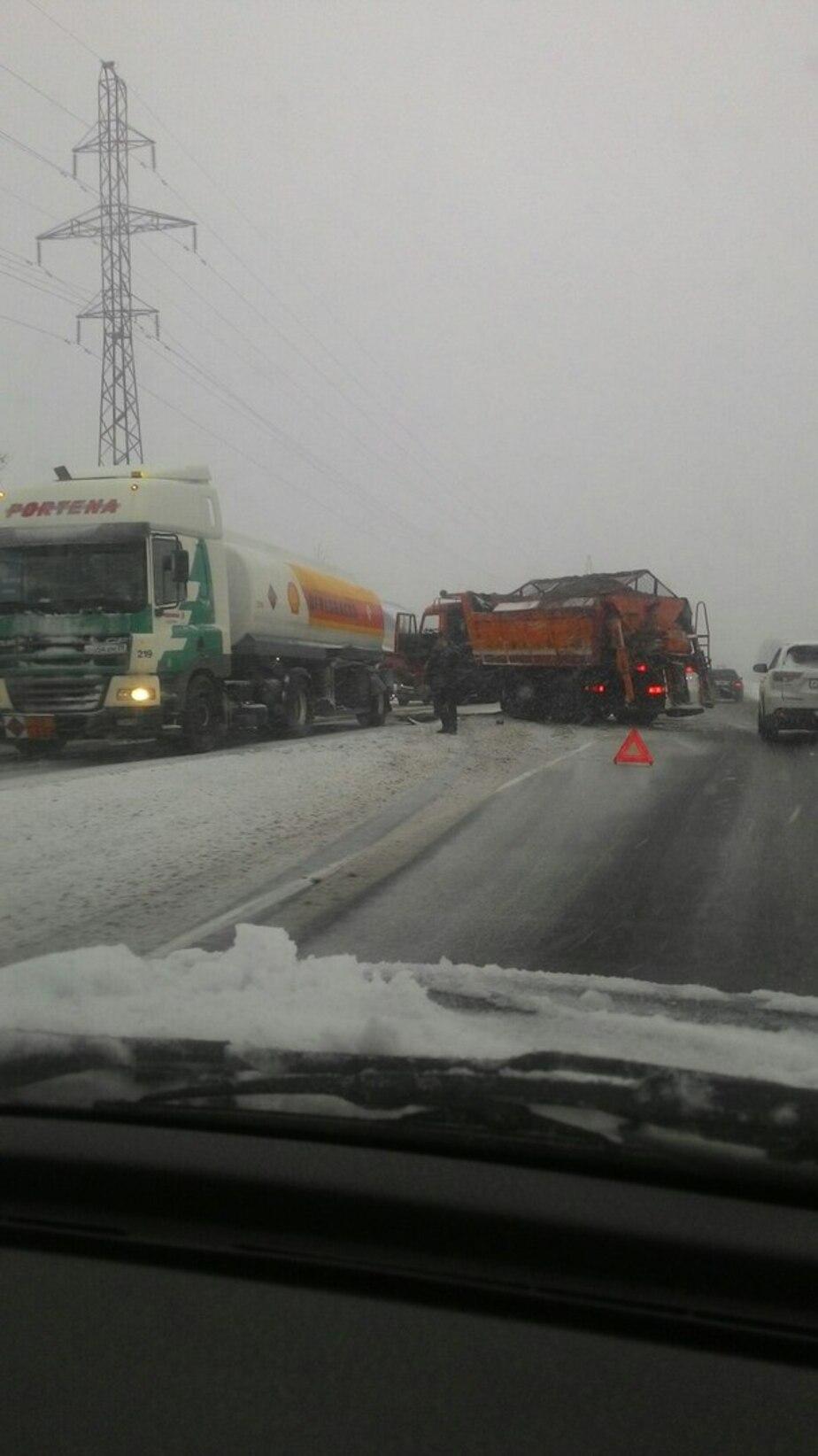 На Окружной в аварию попала снегоуборочная машина - Новости Калининграда