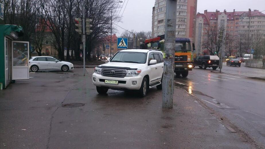 """Водитель, ты судак: внедорожник перегородил выход на """"зебру"""" - Новости Калининграда"""