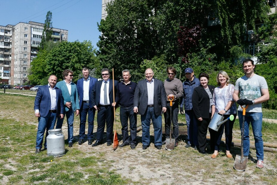 Калининградская торгово-промышленная палата подарила горожанам аллею с молодыми деревцами на набережной Трибуца - Новости Калининграда